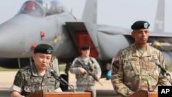 이순진 한국 합참의장(왼쪽)이 빈센트 브룩스 주한미군사령관이 지난달 13일 오산 공군기지에서 북한의 5차 핵실험에 대한 경고를 담은 공동성명을 발표하고 있다. (자료사진)
