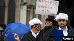 지난달 13일 영국 런던의 고등법원 건물 앞에서 시위대가 유럽연합 탈퇴를 위한 의회 승인 절차에 항의하고 있다.