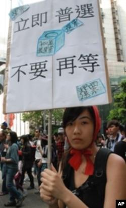 香港浸會大學社會服務副學士學生池同學打扮成童話故事的小紅帽參與遊行