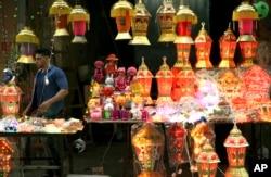 Seorang pedagang Palestina berdiri di antara lampion Ramadhan tradisional yang menyala sambil menunggu pelanggan di pasar utama di Kota Gaza, Jumat 3 Juni 2016. (Foto: dok).