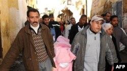 梅克内斯的居民从清真寺中抬出遇难者