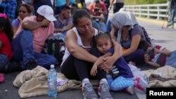 Para migran memblokir jembatan penyeberangan perbatasan internasional Puerta Meksiko, menunggu keputusan terkait proses suaka mereka di Matamoros, Meksiko, 10 Oktober 2019.