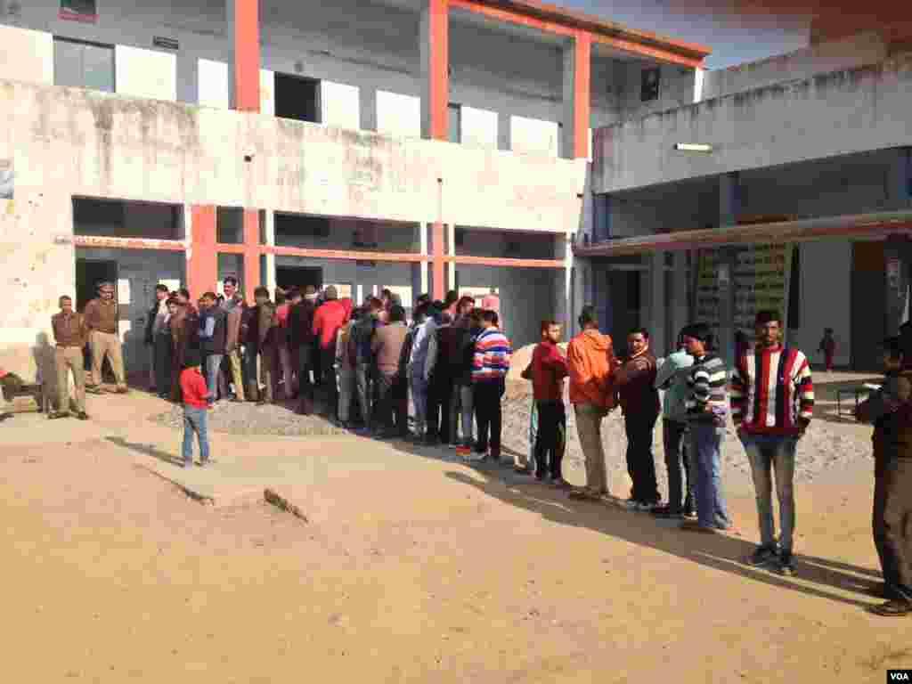 مغربی اترپردیش کے پندرہ اضلاع میں پھیلے 73 حلقوں کے لیے ووٹ ڈالے گئے۔