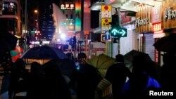Los manifestantes también protestaron con sombrillas ante un cañón de agua de la policía el 31 de diciembre de 2019 en Hong Kong.