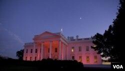 la residencial de la familia presidencial se vistió completamente de rosado en apoyo a la campaña de lucha contra el cáncer de seno.