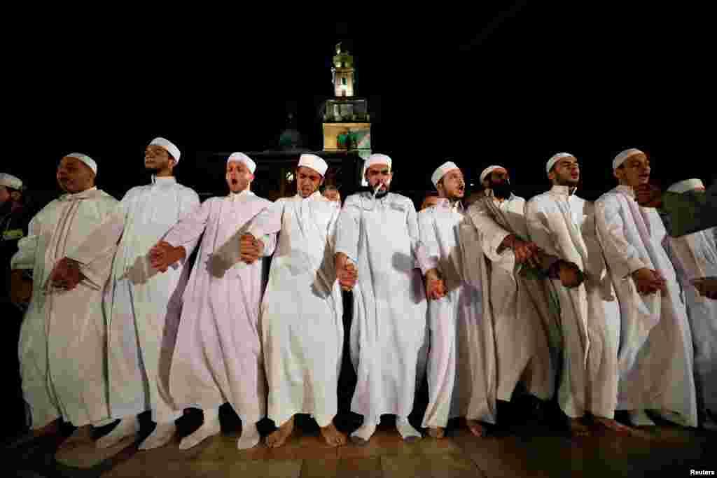 បុរសជាច្រើនសម្តែង Hadra នៅវិហារឥស្លាម Umayyad នៅក្នុងសប្តាហ៍ចុងក្រោយនៃខែតមអាហារ Ramadan ក្នុងទីក្រុង Damascus ប្រទេសស៊ីរីកាលពីថ្ងៃទី១២ ខែ មិថុនា ឆ្នាំ ២០១៨។