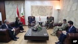 دیدار معاون فرمانده نیروی هوایی آمریکا و الیزابت ریچارد سفیر آمریکا در بیروت (دوم از چپ) با فرمانده ارتش لبنان - ۱۷ آبان ۱۳۹۶