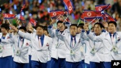 4일 열린 2014 인천 아시안게임 폐막식에서 북한 선수단이 인공기를 흔들고 있다.