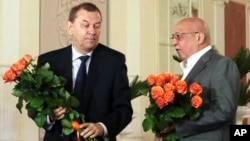 Владимир Урин (слева) и Анатолий Иксанов. Москва, 9 июля 2013г.