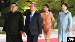 Hai nhà lãnh đạo Triều, Hàn và hai phu nhân tại cuộc họp thượng đỉnh lịch sử hôm 27/4/2018