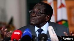 津巴布韦总统穆加贝7月30日在记者会上发言。