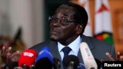 Shugaba Robert Mugabe na Zimbabwe yana tattaunawa da 'yan jarida a fadar shugaban kasa dake Harare, talata 30 Yuli, 2013.