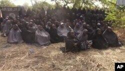 Boko Haram အၾကမ္းဖက္အဖဲြ႔က ဖမ္းဆီးထားတဲ့ ႏုိင္ဂ်ီးရီးယားေက်ာင္းသူေတြထဲက ၁၀၀ ေက်ာ္ကို ဗီြဒီယို ႐ိုက္ကူးျပသစဥ္။ (ေမ ၁၂၊ ၂၀၁၄)