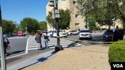 Cảnh sát và lực lượng an ninh đã phong tỏa các con đường gần chiếc xe bị tình nghi chứa thiết bị nổ cách trụ sở đài VOA khoảng 1 góc phố, ngày 23 tháng 9 năm 2016.