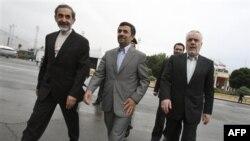 Tổng thống Iran Mahmoud Ahmadinejad (giữa) không loan báo ngày đàm phán với 6 cường quốc thế giới