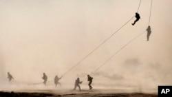 L'armée américaine s'entraîne dans un desert, dans la région de Rajasthan, en Inde, le 13 mars 2012.