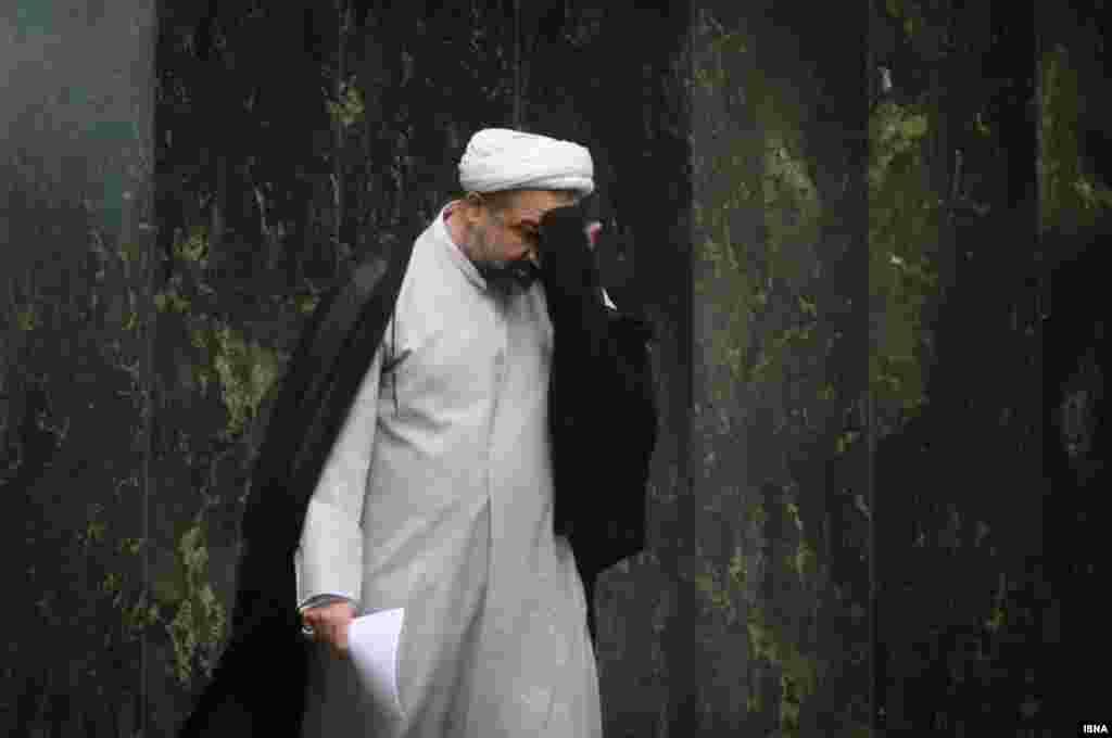 استیضاح وزیر راه و شهرسازی ایران رای نیاورد. حمید رسایی پس از نطق خود در موافقت با استیضاح وزیر به صندلی خود باز می گردد. دقایقی بعد، تلاش او و همفکرانش شکست می خورد.