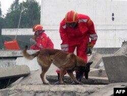 北京军区工兵团战士演示地震救灾