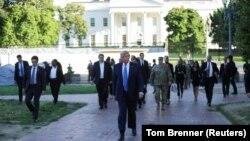 Američki predsednik Donald Tramp hoda kroz Lafajet park prema episkopalnoj crkvi Svetog Jovana preko puta Bele kuće (Foto: Reuters/Tom Brenner)