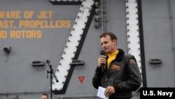 Đại tá Hải quân Brett Crozier, hạm trưởng hàng không mẫu hạm USS Theodore Roosevelt, bị bãi chức sau khi một email của ông lên tiếng về tình hình lây lan virus corona trên tàu được tiết lộ.