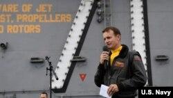 羅斯福號航空母艦艦長克羅澤爾(Brett Crozier) (美國海軍2019年11月15日)