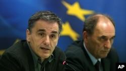 2015年11月17日希腊财政部长欧几里得·萨卡洛特斯(左)在新闻发布会上