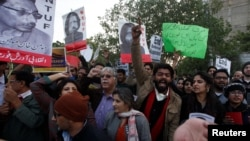 لاپتا بلاگرز کی بازیابی کے لیے کراچی میں ہوئے ایک مظاہرے کا منظر۔ (فائل فوٹو)