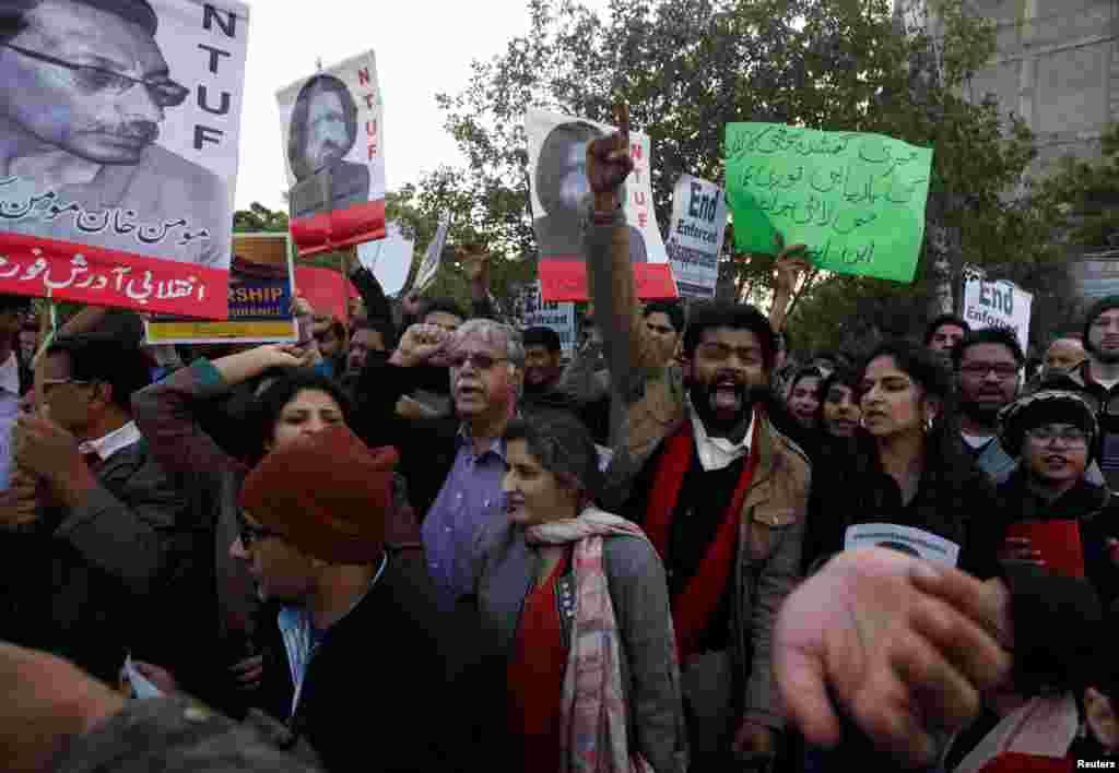 تظاهرات فعالان حقوق بشر در شهر کاراچی در پاکستان. آنها علیه ناپدید شدن فعالان اجتماعی اعتراض میکنند.