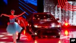 Para penari memperkenalkan mobil Toyota terbaru pada pameran mobil Shanghai (20/4). (AP/Ng Han Guan)