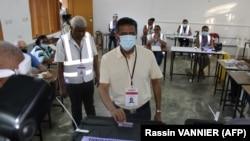 Le président des Seychelles, Danny Faure, vote dans un bureau de vote à Beau Vallo, sur l'île de Mahé, le 24 octobre 2020, lors des élections présidentielle et législatives.