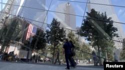 Visitantes son reflejados en las vidrieras del Museo de la Zona Cero del Centro de Comercio Mundial, en Nueva York, cuya construcción está suspendida por disputas financieras.