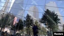 行人走过美国911纪念馆