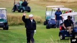14 Temmuz 2018 - ABD Başkanı Donald Trump İskoçya'daki golf tesisi Turnberry'de golf oynarken, kendisini protesto edenlere el salladı