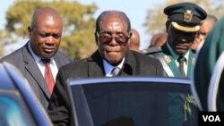 UMongameli Robert Mugabe ukhuluma lapho okungcwatshwe khona uSir Ketumile Masire.
