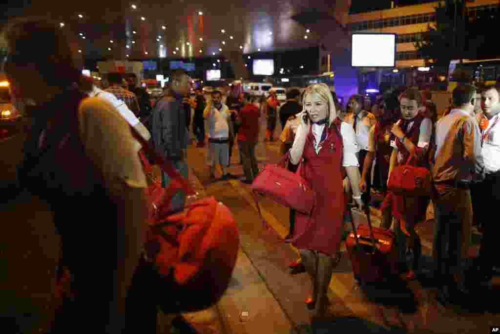 Para awak penerbangan meninggalkan bandara Ataturk di Istanbul Rabu dini hari (29/6). (AP/Emrah Gurel)