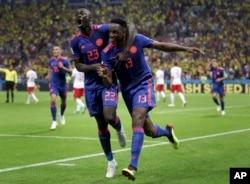 El goleador de Colombia Yerry Mina (derecha), celebra con su compañero de equipo Davinson Sanchez después de anotar el gol de apertura durante el partido del grupo H entre Polonia y Colombia en la Copa Mundial de fútbol 2018 en el Kazan Arena en Kazan, Rusia, el domingo 24 de junio de 2018.