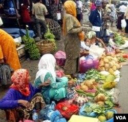 Inflasi di Indonesia didorong oleh meningkatnya harga komoditas termasuk beras dan cabai.