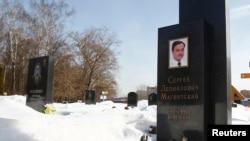 Makam pengacara Sergei Magnitsky di pemakaman Preobrazhensky, Moskow (11/4). Rusia merilis 18 nama warga Amerika yang dilarang masuk Rusia (13/4) sebagai tanggapan atas sanksi AS terkait kasus Magnitsky sehari sebelumnya.