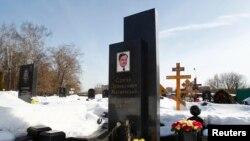 Hoa được đặt tại mộ luật sư Magnitsky ở nghĩa trang Preobrazhensky, Moscow, Nga, 11/3/2013. REUTERS/Mikhail Voskresensky