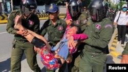 在中國駐金邊大使館外柬埔寨警察抬走一名抗議中國在柬埔寨設立軍事基地計劃的婦女。 (2020年10月23日)