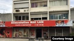 Tiệm tạp hóa và bán thức ăn của người Việt. (Ảnh: Bùi Văn Phú)