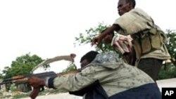 Des miliciens d'Al-Chabab à Mogadiscio au mois de mai 2012.