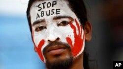 Một người Ấn Độ phản đối sự thờ ở của cảnh sát sau khi một em bé 6 tuổi bị hãm hiếp.