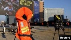 Những chiếc áo phao và biểu ngữ được đặt trước trụ sở của Ủy ban châu Âu trong cuộc biểu tình của Ân xá Quốc tế, trước buổi họp giữa EU-Thổ Nhĩ Kỳ ở Brussels, Bỉ, ngày 17/3/2016.