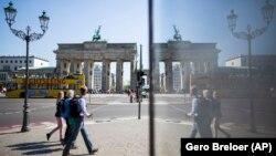 Фото: туристи біля Бранденбурзьких воріт в Берліні