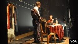 Взгляд из-за кулис: сцена из спектакля «Враги. История любви»