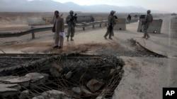 حکومت افغانستان گفته است که در دو ماه گذشته طالبان شمار زیاد زیربناهای حمل و نقل را تخریب کرده اند