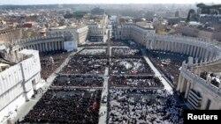 Ratusan ribu orang memadati lapangan Santo Peter untuk menyaksikan dari dekat pelantikan Paus Fransiskus di Vatikan (19/3)