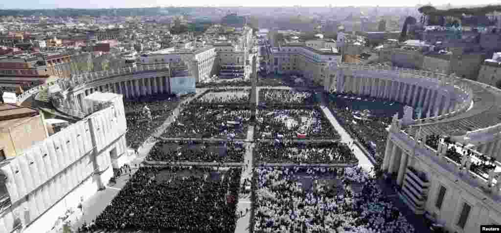 Des milliers de gens se rassemblent sur la place Saint-Pierre pour la messe inaugurale du Pape François, le 19 mars 2013.