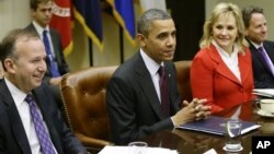 President Barack Obama, flanked by National Governors Association Chairman, Delaware Governor Jack Martell, and NGA Vice Chair, Oklahoma Governor Mary Fallin, with Tim Geithner (R), meets with the NGA executive committee regarding the fiscal cliff.